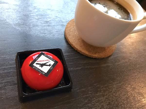 レッドジュエルとコーヒーの画像