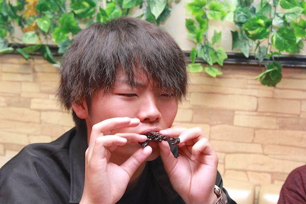ダイオウサソリの素揚げ実食中の画像