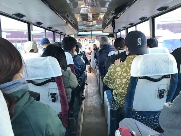 ボランティアバスツアーのバス内の画像