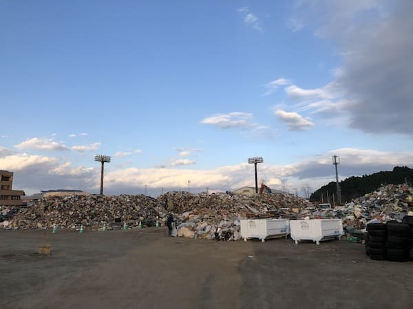 丸森ボラセンの周辺に蓄積された災害ごみの画像
