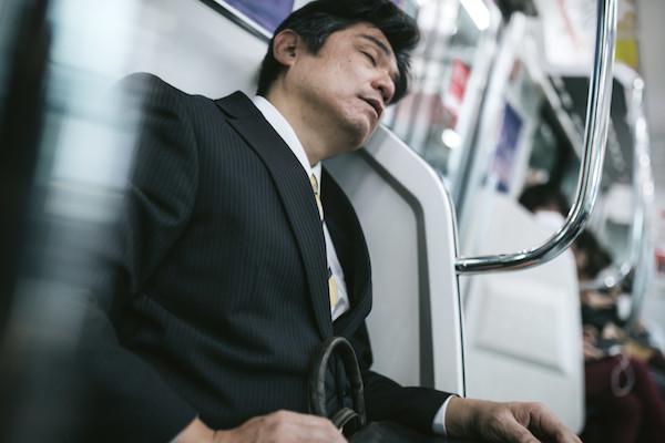 寝ているサラリーマンの画像