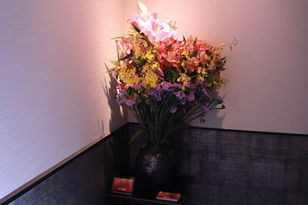 あみたBARの入り口の花の画像