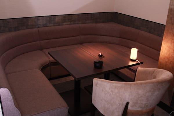 あみたバーのテーブル席の画像