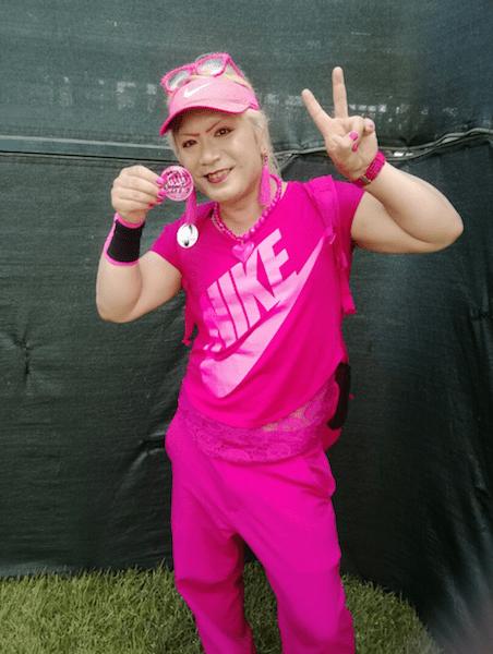 ピンクのゆ〜じさんのゴルフ観戦時の服装の画像