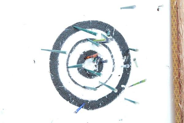 吹き矢体験中のフリーモデルの画像