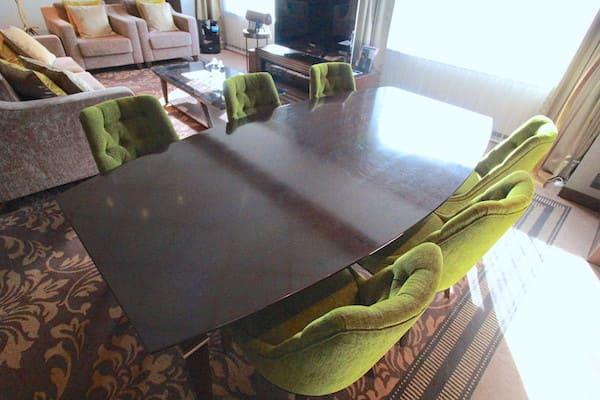 ロイヤルスイートの会議テーブルの画像