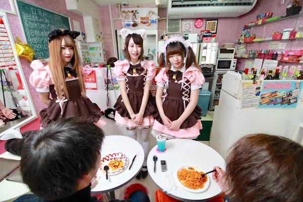 仙台のメイド喫茶でフードメニューを食べている画像