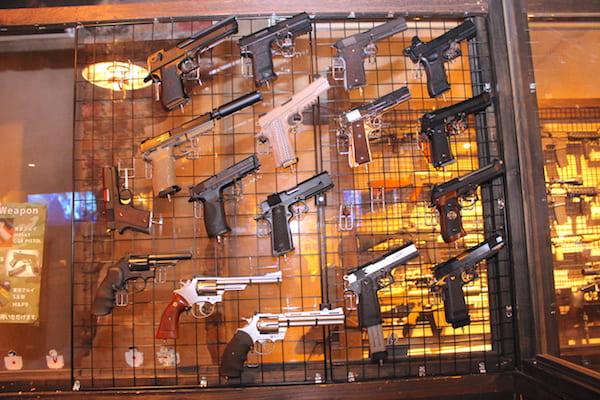 シューティングバーの銃の画像