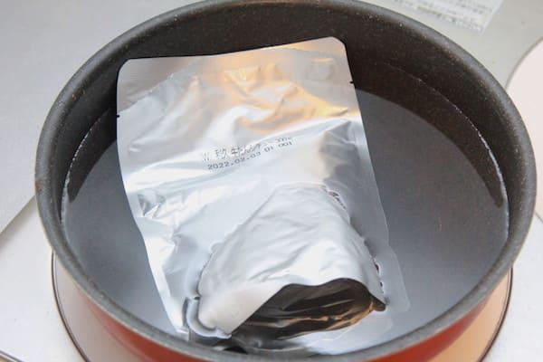 利久の牛タンシチューを湯煎している画像