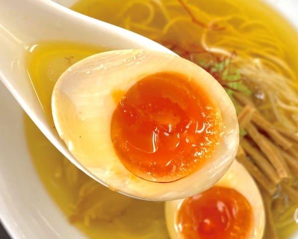 仙台の人気ラーメン店の煮卵の画像