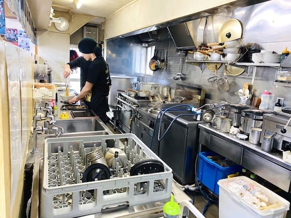 仙台の人気ラーメン店の厨房の画像