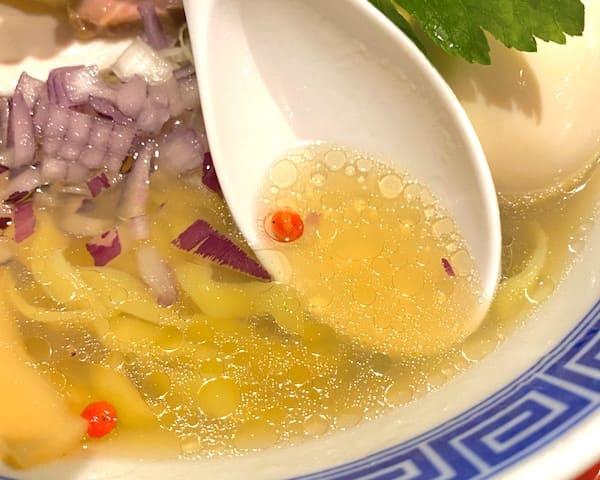 仙台の人気ラーメン店の貝だし塩そばのスープの画像